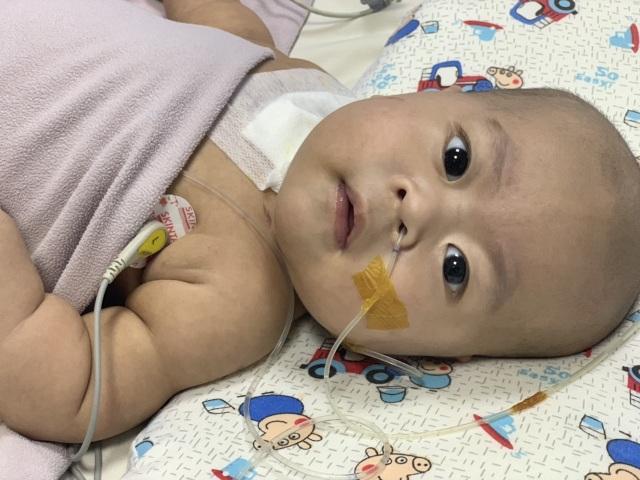 Cậu bé kháu khỉnh mới 7 tháng tuổi đã phải chống chọi với tử thần - 1