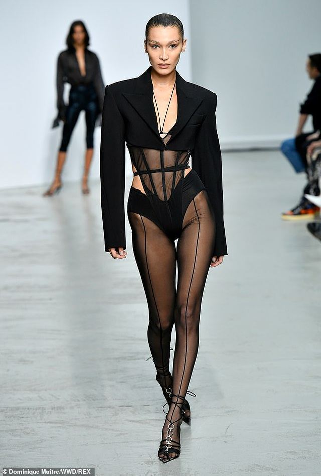 Bella Hadid khoe chân dài trên sàn diễn thời trang - 1