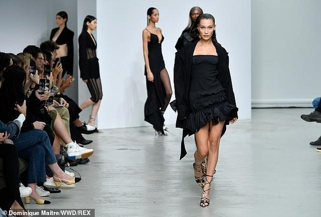 Bella Hadid khoe chân dài trên sàn diễn thời trang - 3