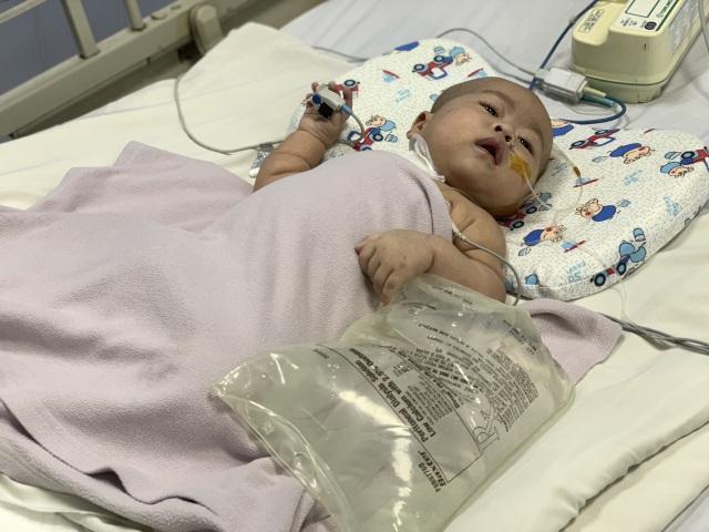 Cậu bé kháu khỉnh mới 7 tháng tuổi đã phải chống chọi với tử thần - 4