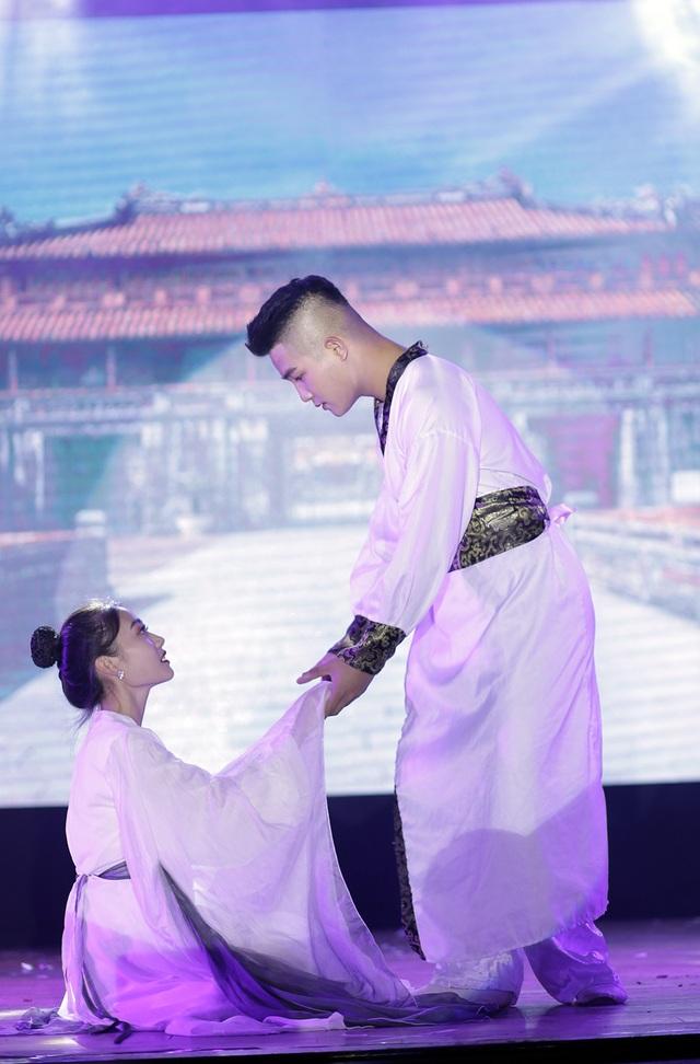 """Sinh viên Báo chí hóa Hoàng Thùy Linh, Trúc Nhân đón """"ma mới"""" - 6"""
