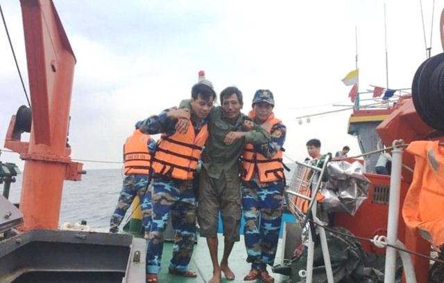 Hơn 20 giờ vượt sóng to gió lớn, cứu 7 thuyền viên gặp nạn trên biển - 2