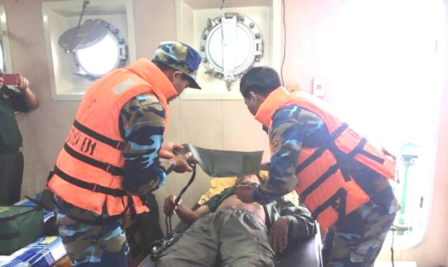 Hơn 20 giờ vượt sóng to gió lớn, cứu 7 thuyền viên gặp nạn trên biển - 3