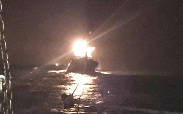 Hơn 20 giờ vượt sóng to gió lớn, cứu 7 thuyền viên gặp nạn trên biển - 1