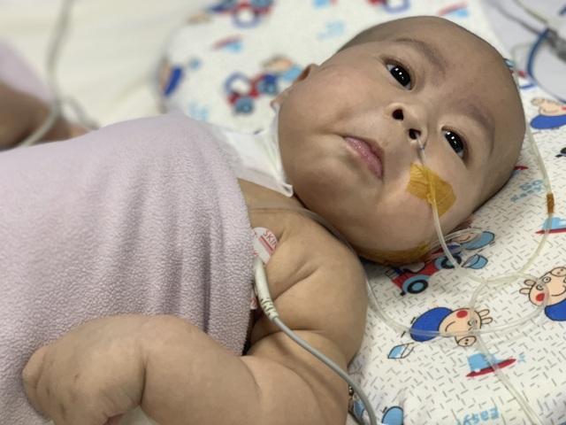 Cậu bé kháu khỉnh mới 7 tháng tuổi đã phải chống chọi với tử thần - 2