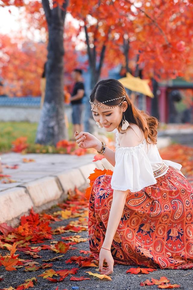 """Giới trẻ Hà Nội nô nức """"check-in"""" ở hàng cây lá phong đỏ đầy lãng mạn - 10"""