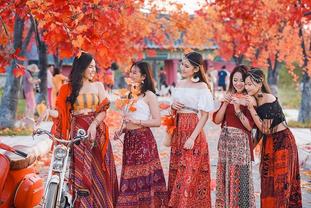 """Giới trẻ Hà Nội nô nức """"check-in"""" ở hàng cây lá phong đỏ đầy lãng mạn - 5"""