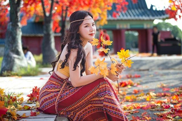 """Giới trẻ Hà Nội nô nức """"check-in"""" ở hàng cây lá phong đỏ đầy lãng mạn - 8"""