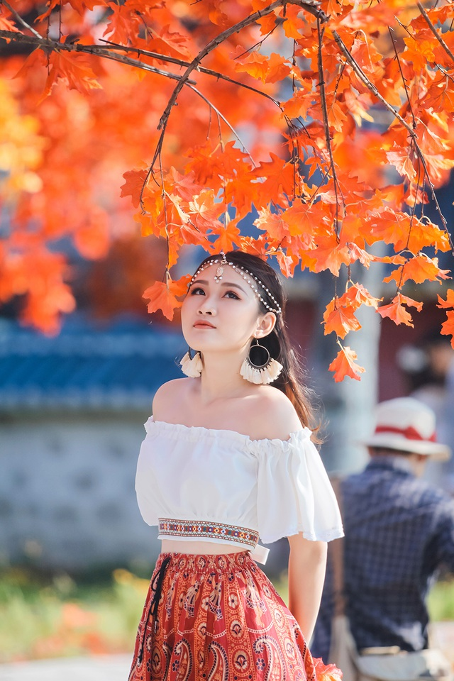 """Giới trẻ Hà Nội nô nức """"check-in"""" ở hàng cây lá phong đỏ đầy lãng mạn - 9"""