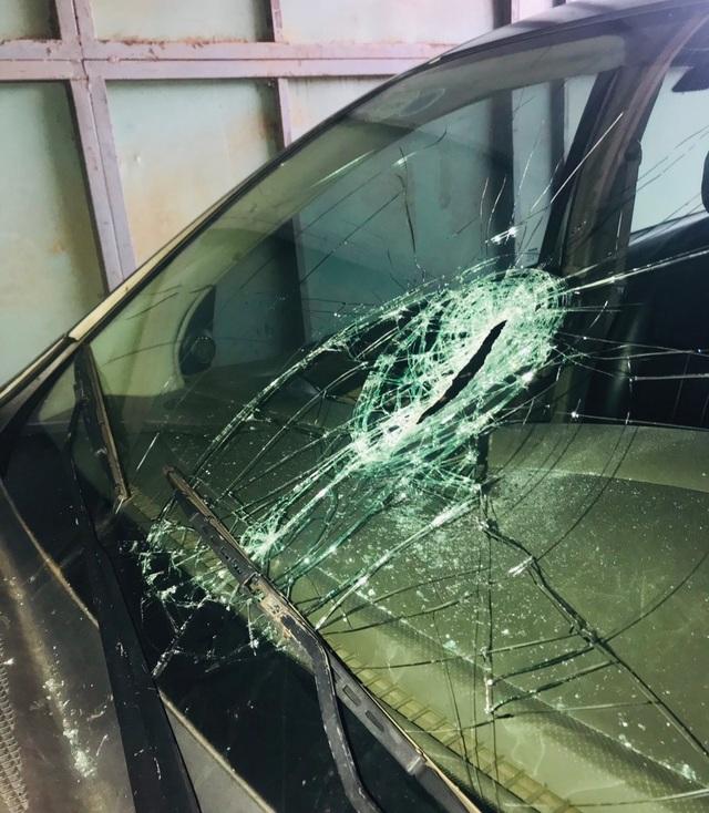 Người đàn ông nghi bị tâm thần cầm dao đập phá cây ATM, cướp tiệm vàng - 1