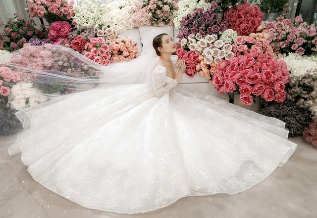 Kỉ niệm một năm ngày cưới, Nhã Phương tung ảnh mặc váy cưới… một mình - 1