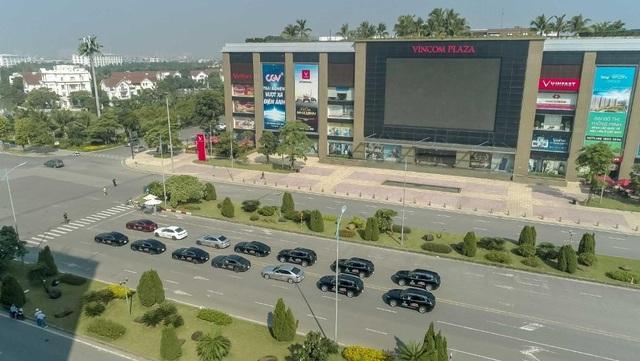 Màn diễu hành ấn tượng của dàn xe VinFast Lux tại Hà Nội - 1