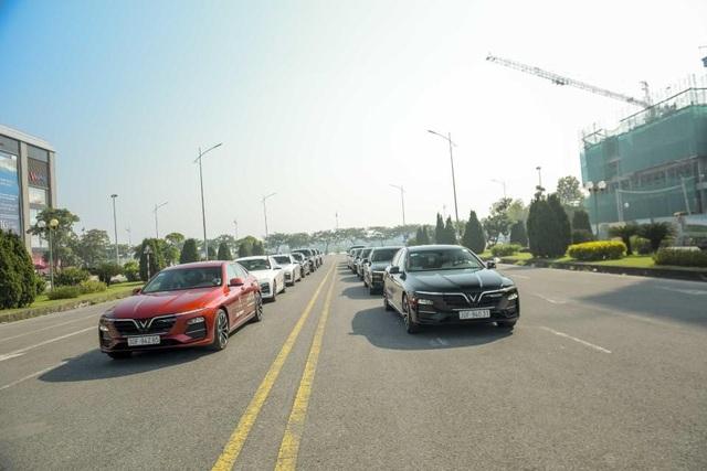 Màn diễu hành ấn tượng của dàn xe VinFast Lux tại Hà Nội - 3