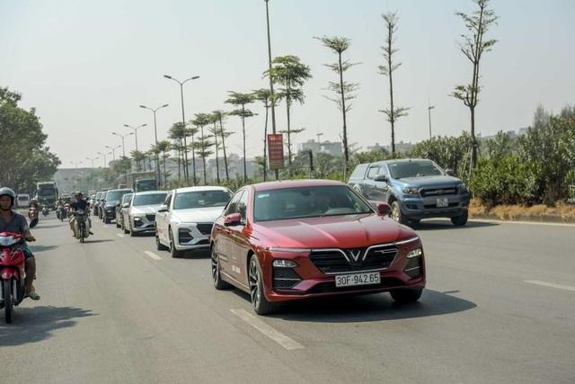 Màn diễu hành ấn tượng của dàn xe VinFast Lux tại Hà Nội - 4