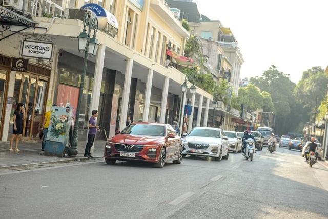 Màn diễu hành ấn tượng của dàn xe VinFast Lux tại Hà Nội - 7