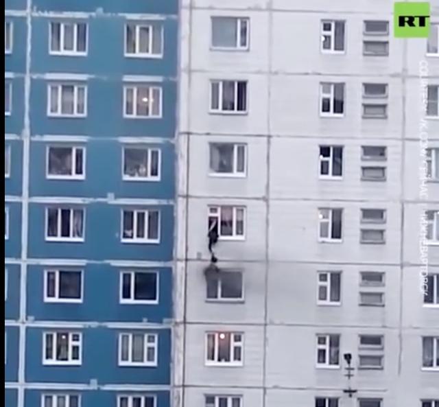 Xem người đàn ông dũng cảm treo mình cứu cô gái trong căn hộ bị cháy - 1