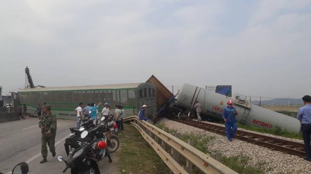 Tàu hỏa tông xe tải, 4 toa tàu lật văng khỏi đường ray - 1
