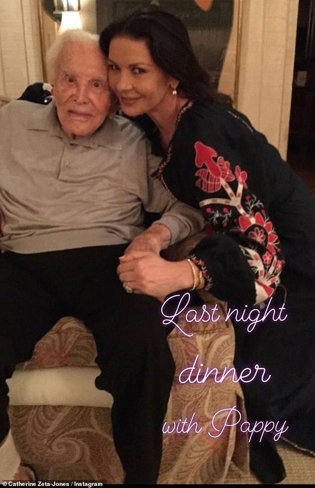 Bố chồng Catherine Zeta-Jones vẫn khỏe mạnh ở tuổi 103 - 1