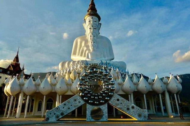 Ngôi đền lấp lánh trên vách thủy tinh với 5 pho tượng Phật độc đáo  - 4