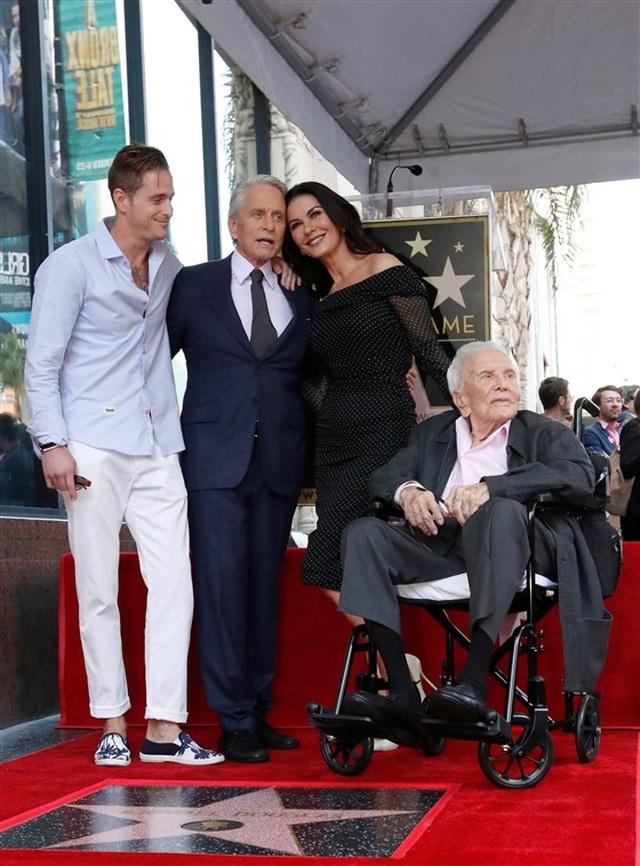 Bố chồng Catherine Zeta-Jones vẫn khỏe mạnh ở tuổi 103 - 6