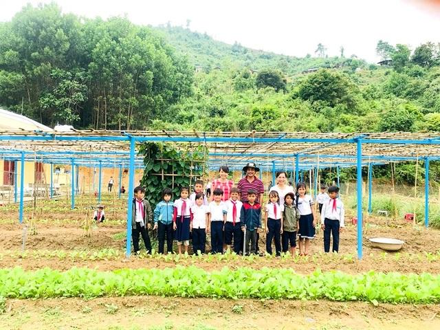 Thầy cô vùng cao Quảng Nam tăng gia cải thiện bữa ăn