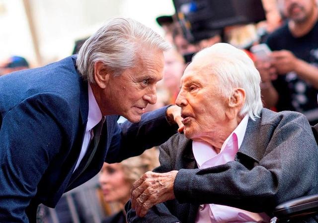 Bố chồng Catherine Zeta-Jones vẫn khỏe mạnh ở tuổi 103 - 7