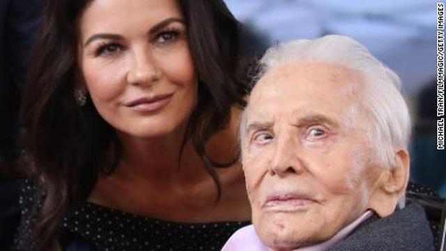 Bố chồng Catherine Zeta-Jones vẫn khỏe mạnh ở tuổi 103 - 3