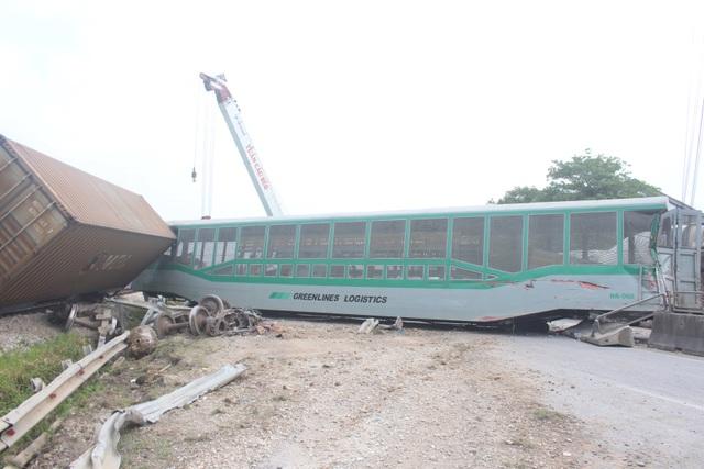 Rùng mình khoảnh khắc xe tải lao vào đường sắt bị tàu hỏa tông văng ở Nghệ An - 2