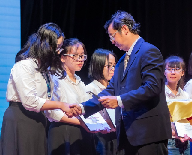 Ba tân thủ khoa trường ĐH Quốc tế nhận học bổng toàn phần - 3