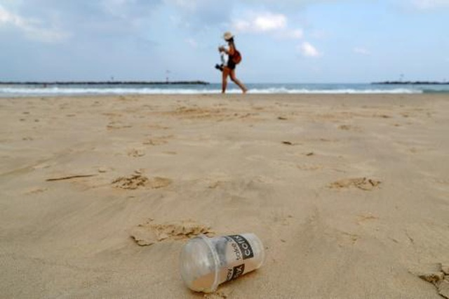 Thị trưởng Hàn Quốc xin lỗi vì xả 1 tấn rác ra bãi biển để mọi người nhặt - 1