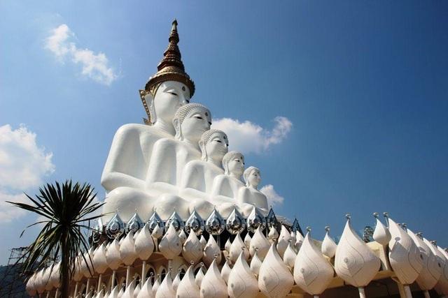 Ngôi đền lấp lánh trên vách thủy tinh với 5 pho tượng Phật độc đáo  - 1