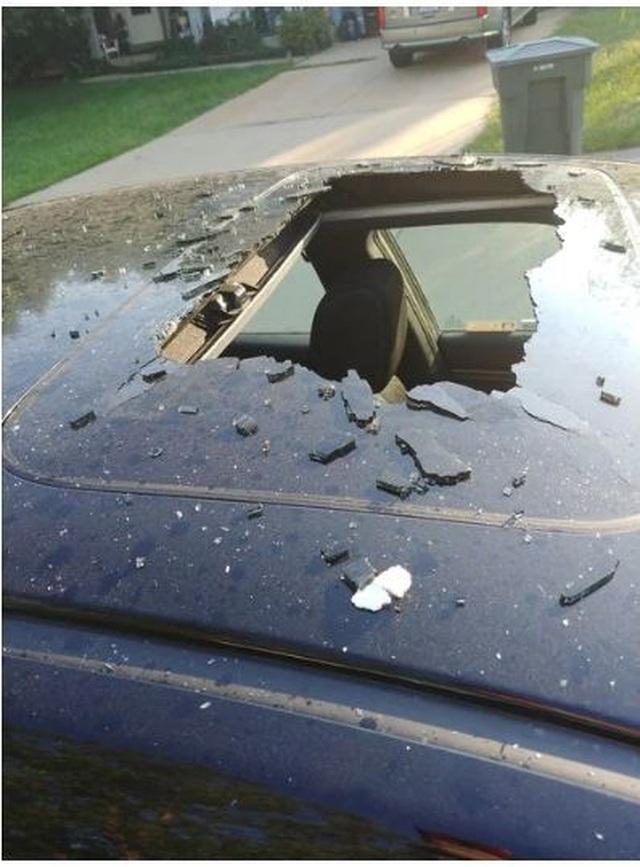 Ô tô vỡ tung cửa nóc vì một chai dầu gội bên trong xe phát nổ  - 1