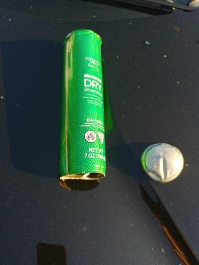 Ô tô vỡ tung cửa nóc vì một chai dầu gội bên trong xe phát nổ  - 3