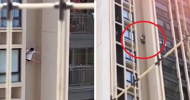 Sốc clip người đàn ông lơ lửng bên ngoài chung cư cao tầng, vẫn thản nhiên dùng điện thoại - 1