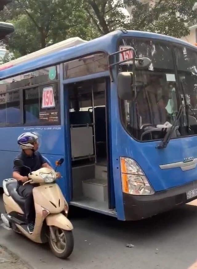 TPHCM: Đình chỉ tài xế xe buýt phun nước bọt, ép người đi xe máy  - 1