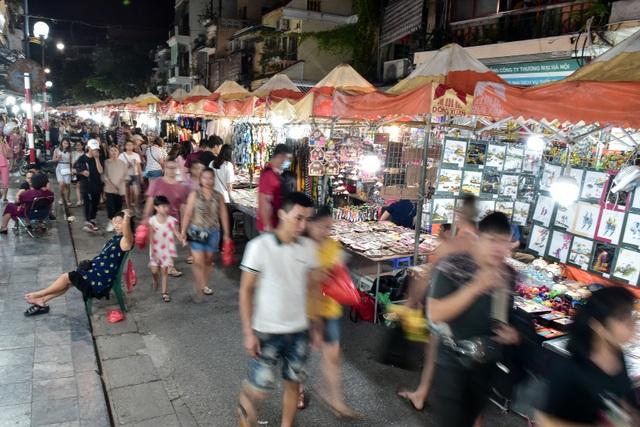 Khách Tây vỡ mộng vì chợ đêm phố cổ Hà Nội tràn ngập đồ Trung Quốc - 1