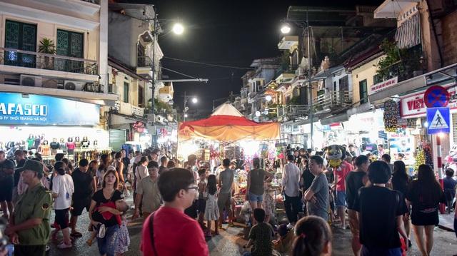 Khách Tây vỡ mộng vì chợ đêm phố cổ Hà Nội tràn ngập đồ Trung Quốc - 2