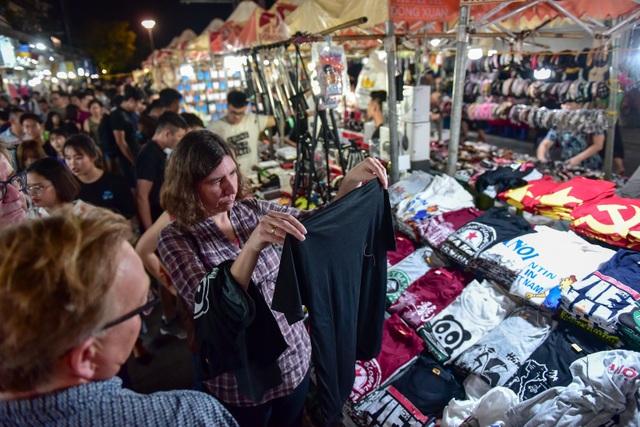 Khách Tây vỡ mộng vì chợ đêm phố cổ Hà Nội tràn ngập đồ Trung Quốc - 6