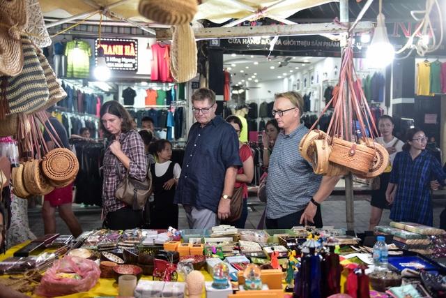 Khách Tây vỡ mộng vì chợ đêm phố cổ Hà Nội tràn ngập đồ Trung Quốc - 3