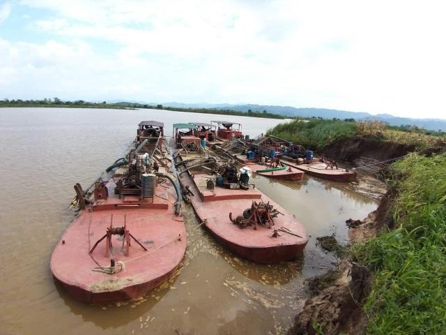 Bắt 4 tàu khai thác cát lậu, yêu cầu đổ toàn bộ cát trả lại dòng sông - 1