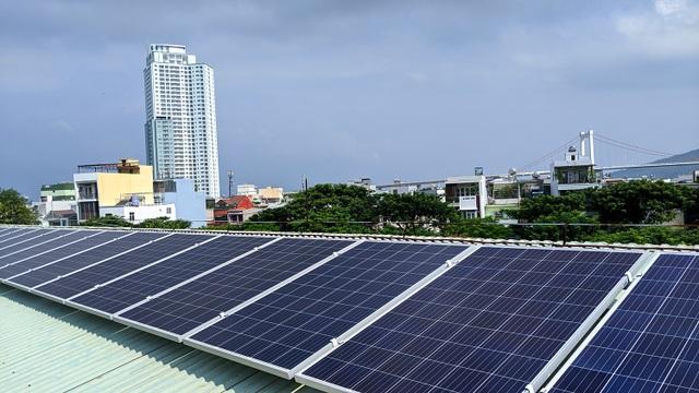 Với hệ thống điện năng lượng mặt trời lắp mái này, nhà trường tiết kiệm chi phí trung bình hơn 2 triệu đồng/tháng