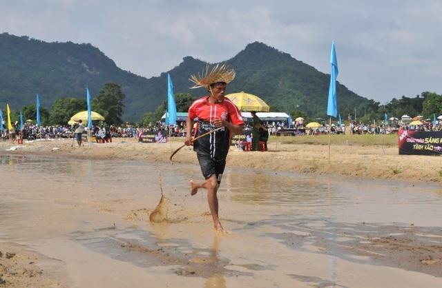 Độc đáo hội đua bò Bảy Núi thu hút hàng nghìn lượt du khách tới cổ vũ  - 21