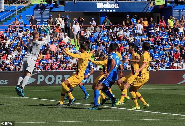 Luis Suarez tỏa sáng, Barcelona tạm vươn lên nhì bảng La Liga - 1