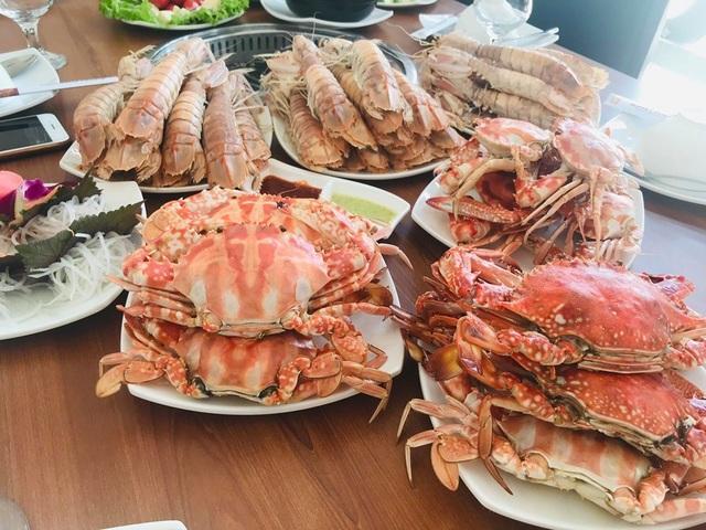 Ăn buffet hải sản, thủ túi nilon mang về chục con ghẹ, 1,5kg bề bề - 2