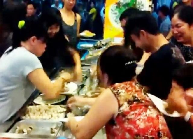 Ăn buffet hải sản, thủ túi nilon mang về chục con ghẹ, 1,5kg bề bề - 4