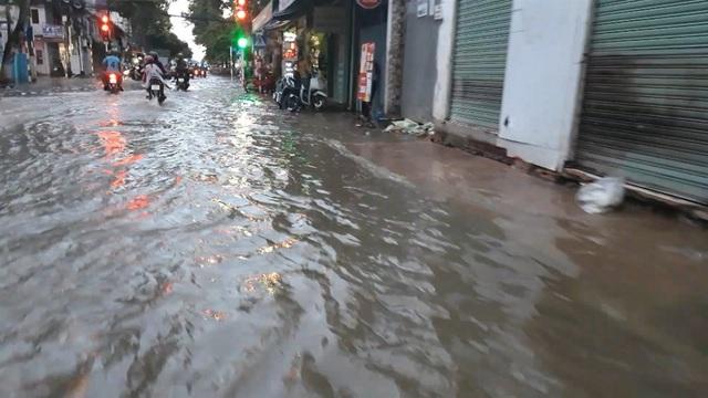 Triều cường dâng cao, đường phố Cần Thơ, Vĩnh Long lênh láng nước - 5