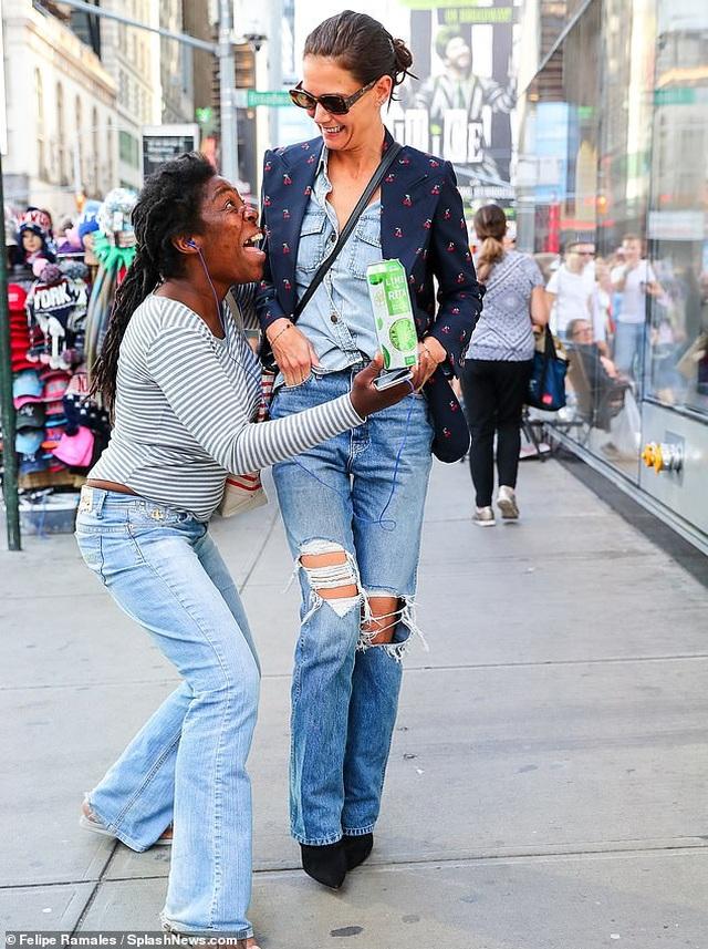 Fan ôm chầm Katie Holmes trên phố - 2