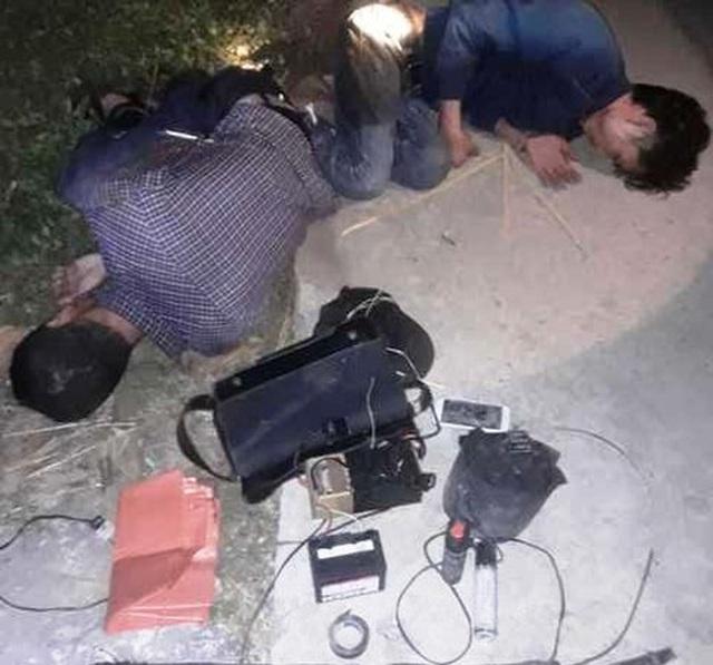 Nghi trộm chó, hai người bị dân đánh nhập viện, đốt xe máy - 1