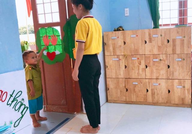 Cô giáo vùng cao chào đón đầy yêu thương khiến trẻ vui đến trường - 1
