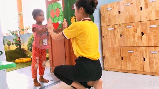 Cô giáo vùng cao chào đón đầy yêu thương khiến trẻ vui đến trường - 2